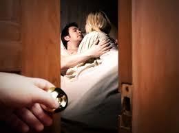 Thám tử theo dõi chồng ngoại tình.